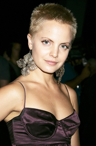 Mena Suvari with short hair